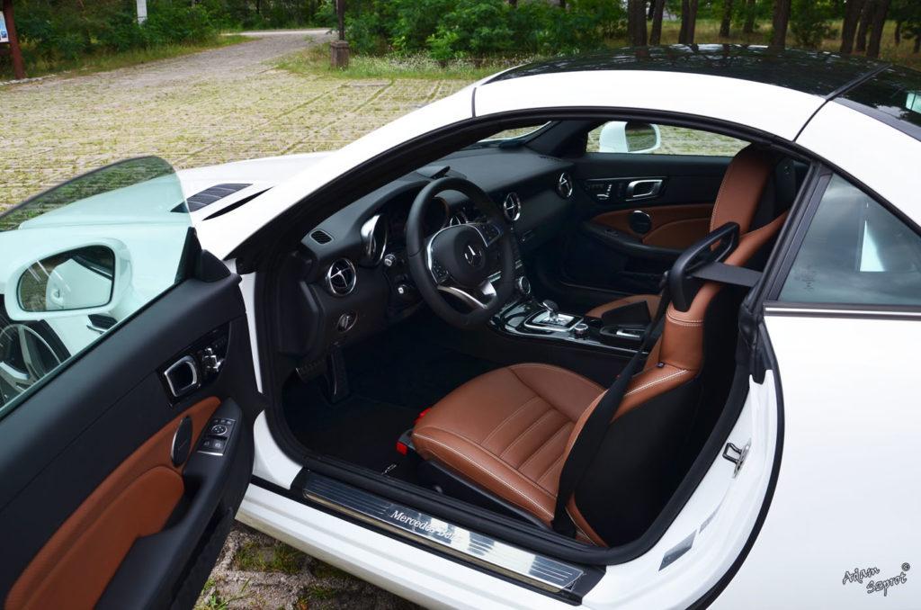 Dzień z Mercedesem - Mercedes-Benz SLC300, wnętrze mercedesa slc, slk, mercedes test, opis mercedesa slc, blog motoryzacyjny, blog o samochodoach, opisy super auta, podóże z motoryzacją, blog.