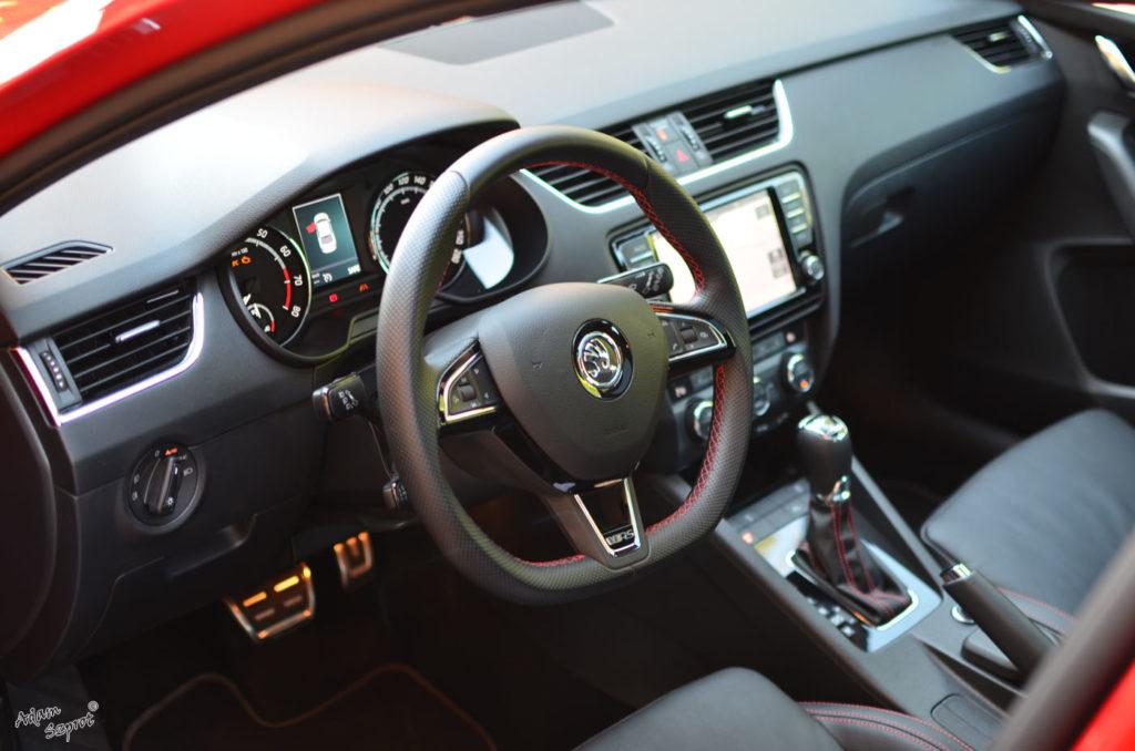 Kierownica i wnętrze, Skoda Octavia RS230, testy Skody, testy aut, witryna motoryzacyjny, blog motoryzacyjny, blog samochodowy, opisywanie aut, testy samochodów, premiery.