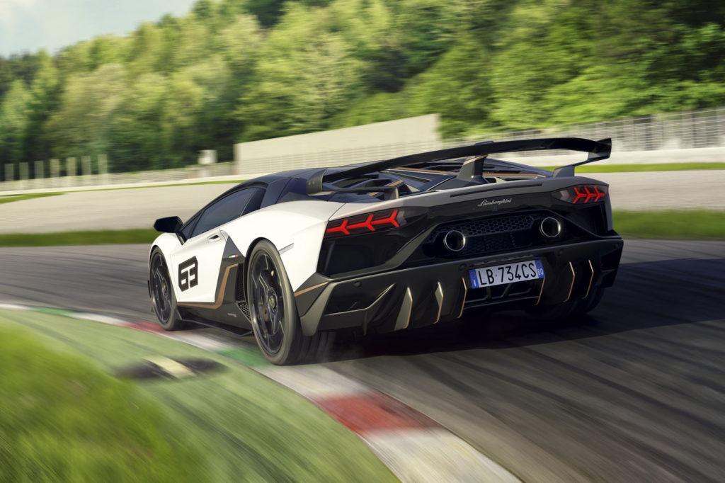 Lamborghini Aventador SVJ widziane z tyłu