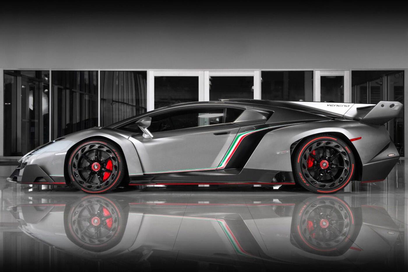 Widok z boku na Lamborghini Veneno Coupe, portal motoryzacyjny