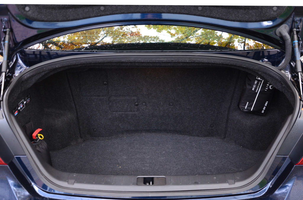 Testy samochodów, test auta Infiniti Q70 hybrid, blog motoryzaycjny, strona o samochodach