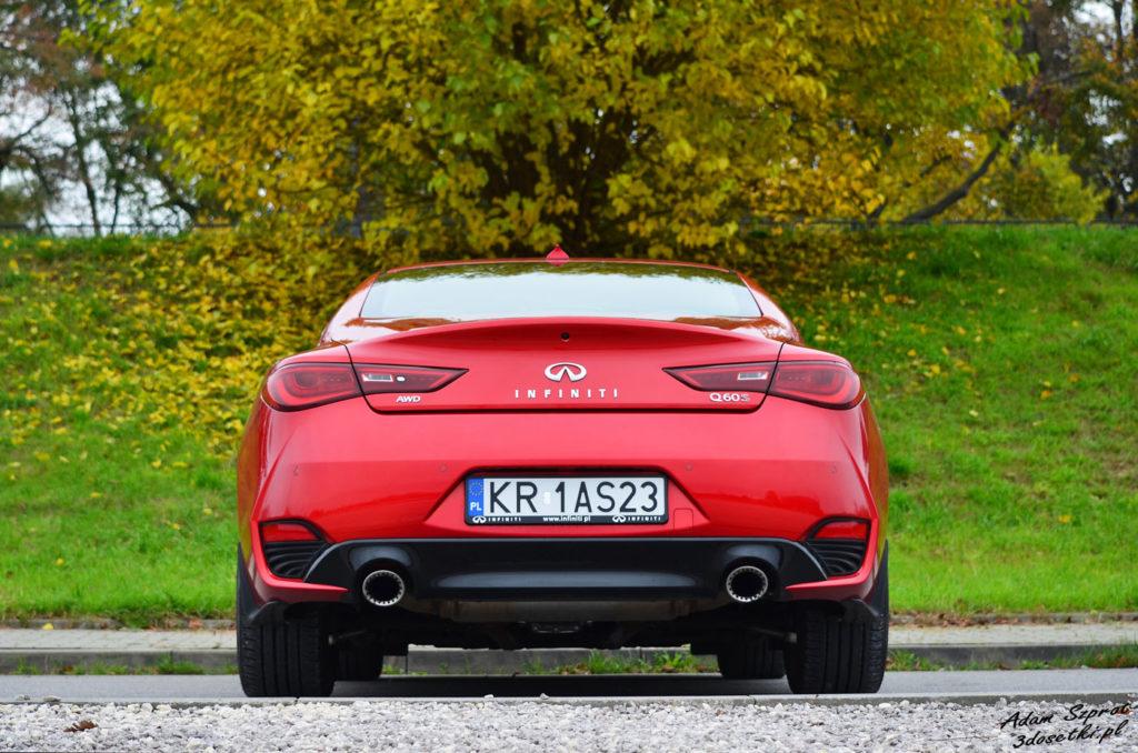 Infiniti Q60 3,0T widziane z tyłu z dwiema pięknymi rurami - blog motoryzacyjny