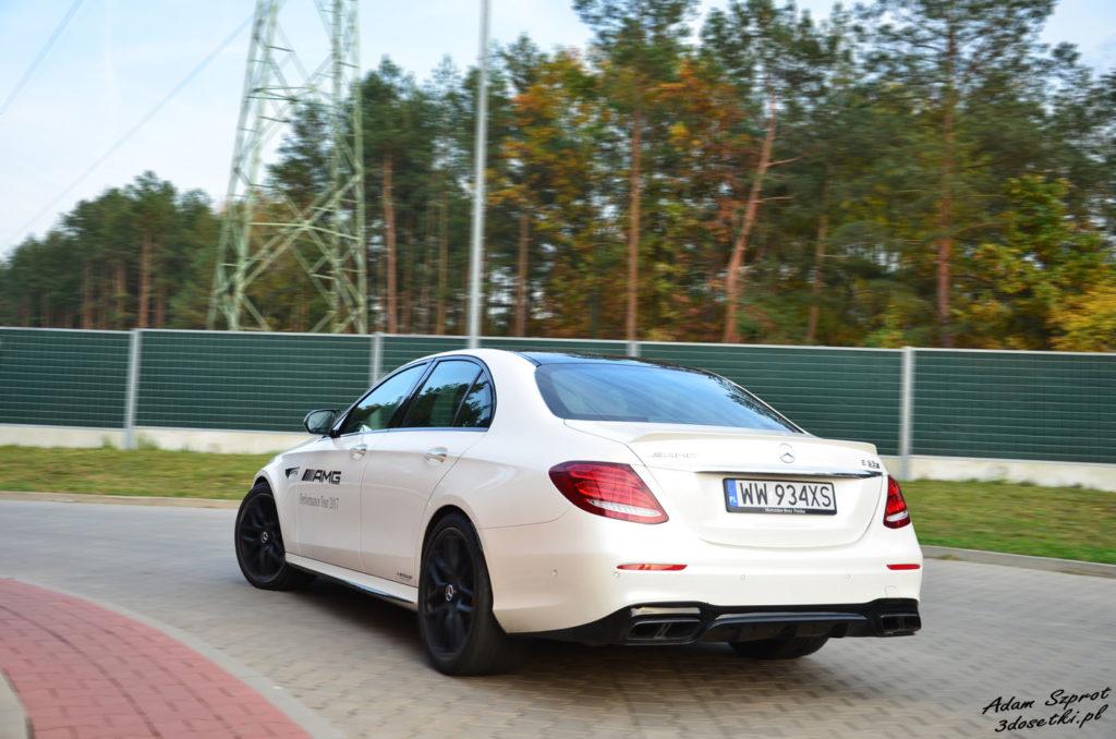 Aamochod Mercedes-AMG E63 S w ruchu widziany od tyłu