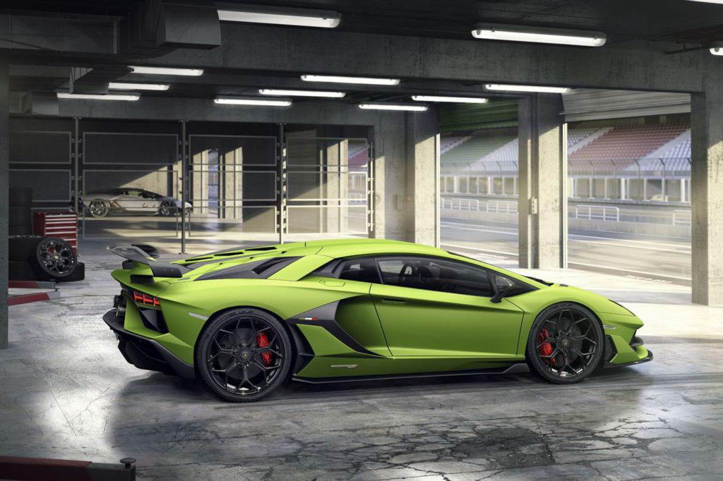Lamborghini Aventador SVJ - widziane z boku